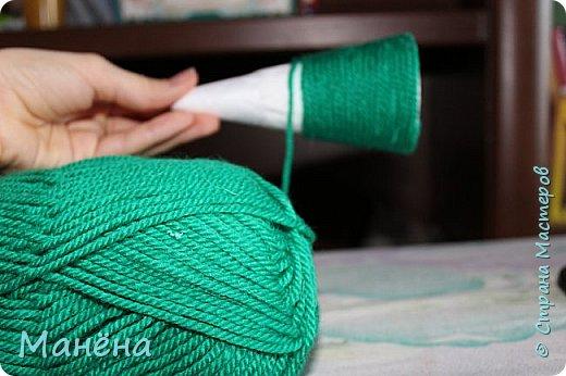 Нам понадобиться: пряжа зелёная, конус из пенопласта и различные блестяжки, бусинки-звёздочки, клей ПВА фото 3