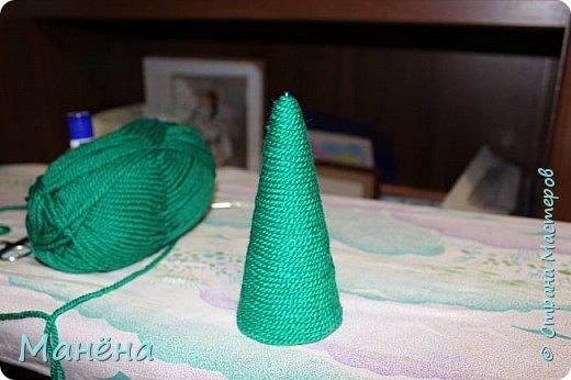 Нам понадобиться: пряжа зелёная, конус из пенопласта и различные блестяжки, бусинки-звёздочки, клей ПВА фото 4