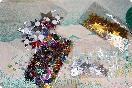 Нам понадобиться: пряжа зелёная, конус из пенопласта и различные блестяжки, бусинки-звёздочки, клей ПВА фото 2