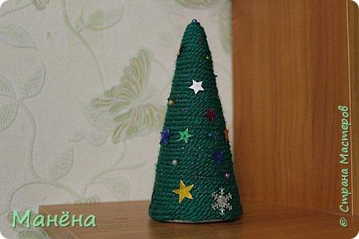 Нам понадобиться: пряжа зелёная, конус из пенопласта и различные блестяжки, бусинки-звёздочки, клей ПВА фото 7