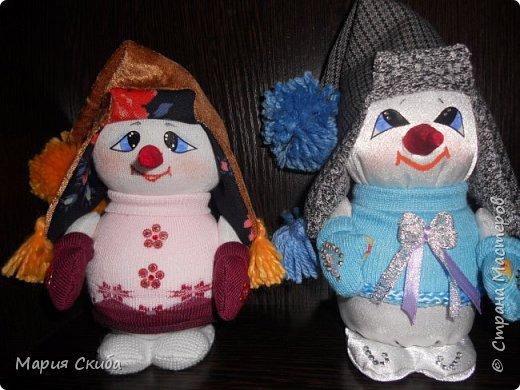 Он не мал и не велик, Снежно белый снеговик. У него морковкой нос, Очень любит он мороз фото 4