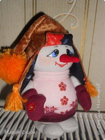 Он не мал и не велик, Снежно белый снеговик. У него морковкой нос, Очень любит он мороз фото 6