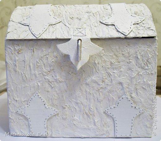 Для изготовления такого сундучка понадобится: коробка, клей ПВА, салфетки, кисточка, картон,нитки, губка для посуды. фото 2