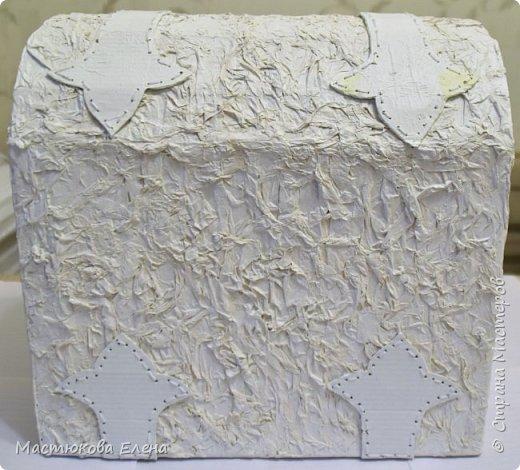 Для изготовления такого сундучка понадобится: коробка, клей ПВА, салфетки, кисточка, картон,нитки, губка для посуды. фото 4