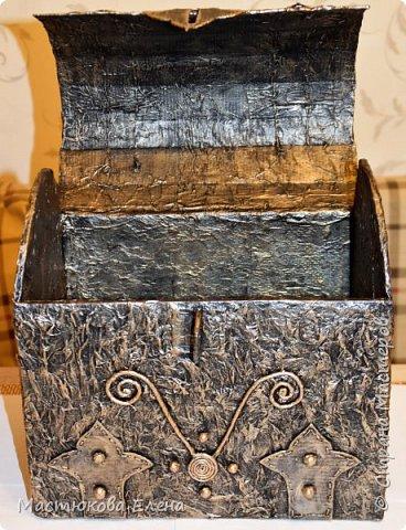 Для изготовления такого сундучка понадобится: коробка, клей ПВА, салфетки, кисточка, картон,нитки, губка для посуды. фото 9