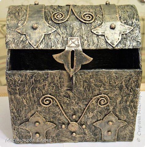 Для изготовления такого сундучка понадобится: коробка, клей ПВА, салфетки, кисточка, картон,нитки, губка для посуды. фото 10