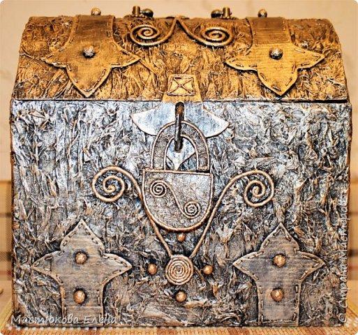 Для изготовления такого сундучка понадобится: коробка, клей ПВА, салфетки, кисточка, картон,нитки, губка для посуды. фото 1