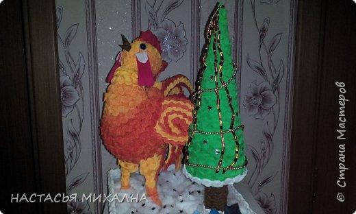 Долго решала из чего в этом году будем делать поделку в садик. В итоге получился вот такой петух и елка из гофробумаги. Каркас петуха скомканные газеты, нитки. Крылья и хвост - плотный картон + гофробумага. Елка - обычный конус из картона.  фото 1