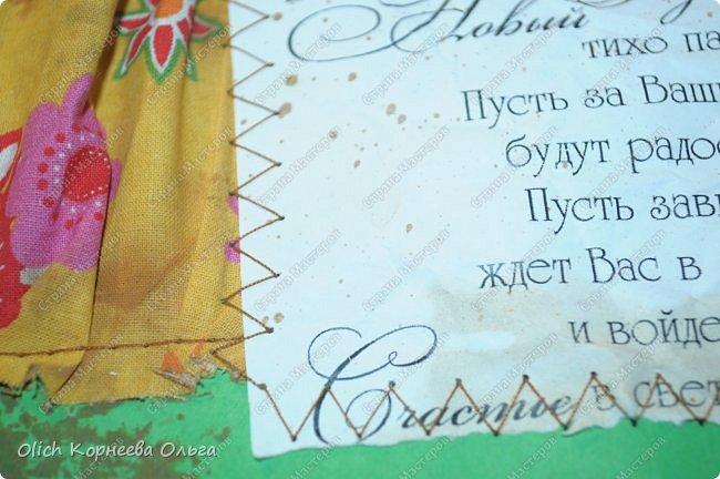 Здравствуйте, мастера и мастерицы! Приближается чудесный праздник - Новый год! Многие уже начали готовить подарки. А подарков в этот праздник много не бывает. Нужно не обойти внимание и родных, и коллег, и учителей, и друзей. Даже небольшой подарок, такой как открытка, расскажет одариваемому о вашем внимании и добром к нему отношении. А уж подарок, сделанный своими руками, несет еще и частичку тепла! Мне пришла в голову идея винтажных новогодних открыток. Хотелось использовать простые, доступные материалы, но обыграть красиво, нарядно и в этом стиле. Это моя любимая тема - использование доступных материалов! Итак, кому стало интересно, кто еще не определился со своими идеями, предлагаю подхватывать мою.  Открытка формата А5, солидная, увесистая (это для тех, кто будет отправлять открытки почтой), со множеством потертостей, но в то же время яркая, снежная! фото 58