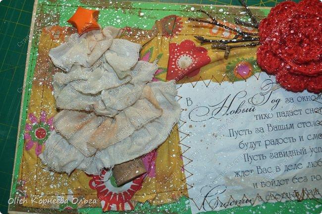 Здравствуйте, мастера и мастерицы! Приближается чудесный праздник - Новый год! Многие уже начали готовить подарки. А подарков в этот праздник много не бывает. Нужно не обойти внимание и родных, и коллег, и учителей, и друзей. Даже небольшой подарок, такой как открытка, расскажет одариваемому о вашем внимании и добром к нему отношении. А уж подарок, сделанный своими руками, несет еще и частичку тепла! Мне пришла в голову идея винтажных новогодних открыток. Хотелось использовать простые, доступные материалы, но обыграть красиво, нарядно и в этом стиле. Это моя любимая тема - использование доступных материалов! Итак, кому стало интересно, кто еще не определился со своими идеями, предлагаю подхватывать мою.  Открытка формата А5, солидная, увесистая (это для тех, кто будет отправлять открытки почтой), со множеством потертостей, но в то же время яркая, снежная! фото 65