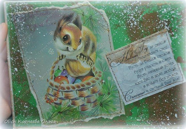 Здравствуйте, мастера и мастерицы! Приближается чудесный праздник - Новый год! Многие уже начали готовить подарки. А подарков в этот праздник много не бывает. Нужно не обойти внимание и родных, и коллег, и учителей, и друзей. Даже небольшой подарок, такой как открытка, расскажет одариваемому о вашем внимании и добром к нему отношении. А уж подарок, сделанный своими руками, несет еще и частичку тепла! Мне пришла в голову идея винтажных новогодних открыток. Хотелось использовать простые, доступные материалы, но обыграть красиво, нарядно и в этом стиле. Это моя любимая тема - использование доступных материалов! Итак, кому стало интересно, кто еще не определился со своими идеями, предлагаю подхватывать мою.  Открытка формата А5, солидная, увесистая (это для тех, кто будет отправлять открытки почтой), со множеством потертостей, но в то же время яркая, снежная! фото 67