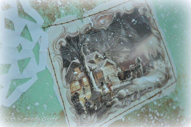 Здравствуйте, мастера и мастерицы! Приближается чудесный праздник - Новый год! Многие уже начали готовить подарки. А подарков в этот праздник много не бывает. Нужно не обойти внимание и родных, и коллег, и учителей, и друзей. Даже небольшой подарок, такой как открытка, расскажет одариваемому о вашем внимании и добром к нему отношении. А уж подарок, сделанный своими руками, несет еще и частичку тепла! Мне пришла в голову идея винтажных новогодних открыток. Хотелось использовать простые, доступные материалы, но обыграть красиво, нарядно и в этом стиле. Это моя любимая тема - использование доступных материалов! Итак, кому стало интересно, кто еще не определился со своими идеями, предлагаю подхватывать мою.  Открытка формата А5, солидная, увесистая (это для тех, кто будет отправлять открытки почтой), со множеством потертостей, но в то же время яркая, снежная! фото 16