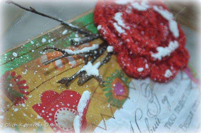 Здравствуйте, мастера и мастерицы! Приближается чудесный праздник - Новый год! Многие уже начали готовить подарки. А подарков в этот праздник много не бывает. Нужно не обойти внимание и родных, и коллег, и учителей, и друзей. Даже небольшой подарок, такой как открытка, расскажет одариваемому о вашем внимании и добром к нему отношении. А уж подарок, сделанный своими руками, несет еще и частичку тепла! Мне пришла в голову идея винтажных новогодних открыток. Хотелось использовать простые, доступные материалы, но обыграть красиво, нарядно и в этом стиле. Это моя любимая тема - использование доступных материалов! Итак, кому стало интересно, кто еще не определился со своими идеями, предлагаю подхватывать мою.  Открытка формата А5, солидная, увесистая (это для тех, кто будет отправлять открытки почтой), со множеством потертостей, но в то же время яркая, снежная! фото 69