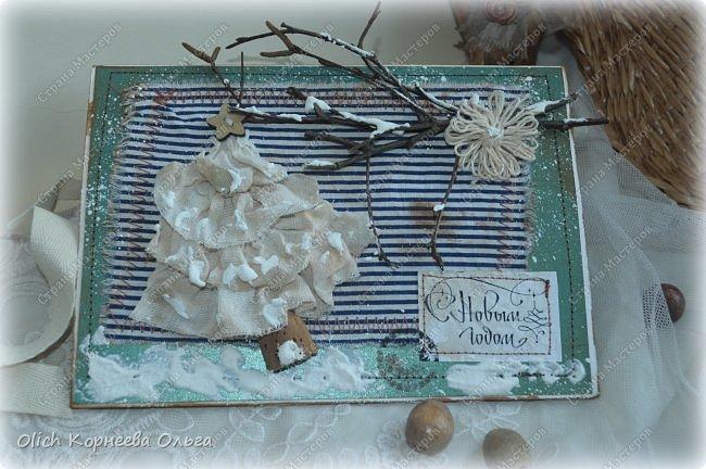 Здравствуйте, мастера и мастерицы! Приближается чудесный праздник - Новый год! Многие уже начали готовить подарки. А подарков в этот праздник много не бывает. Нужно не обойти внимание и родных, и коллег, и учителей, и друзей. Даже небольшой подарок, такой как открытка, расскажет одариваемому о вашем внимании и добром к нему отношении. А уж подарок, сделанный своими руками, несет еще и частичку тепла! Мне пришла в голову идея винтажных новогодних открыток. Хотелось использовать простые, доступные материалы, но обыграть красиво, нарядно и в этом стиле. Это моя любимая тема - использование доступных материалов! Итак, кому стало интересно, кто еще не определился со своими идеями, предлагаю подхватывать мою.  Открытка формата А5, солидная, увесистая (это для тех, кто будет отправлять открытки почтой), со множеством потертостей, но в то же время яркая, снежная! фото 28