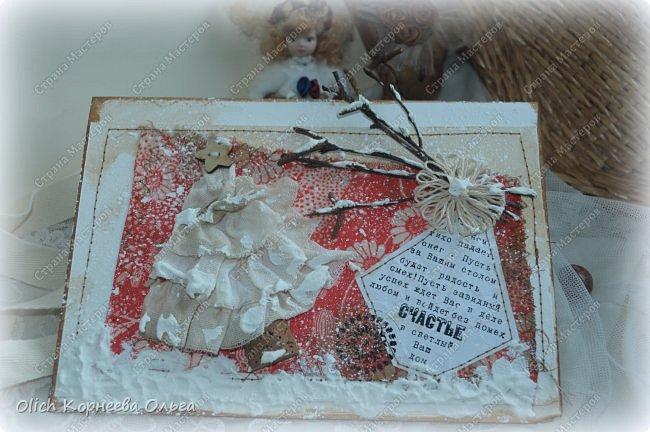 Здравствуйте, мастера и мастерицы! Приближается чудесный праздник - Новый год! Многие уже начали готовить подарки. А подарков в этот праздник много не бывает. Нужно не обойти внимание и родных, и коллег, и учителей, и друзей. Даже небольшой подарок, такой как открытка, расскажет одариваемому о вашем внимании и добром к нему отношении. А уж подарок, сделанный своими руками, несет еще и частичку тепла! Мне пришла в голову идея винтажных новогодних открыток. Хотелось использовать простые, доступные материалы, но обыграть красиво, нарядно и в этом стиле. Это моя любимая тема - использование доступных материалов! Итак, кому стало интересно, кто еще не определился со своими идеями, предлагаю подхватывать мою.  Открытка формата А5, солидная, увесистая (это для тех, кто будет отправлять открытки почтой), со множеством потертостей, но в то же время яркая, снежная! фото 32