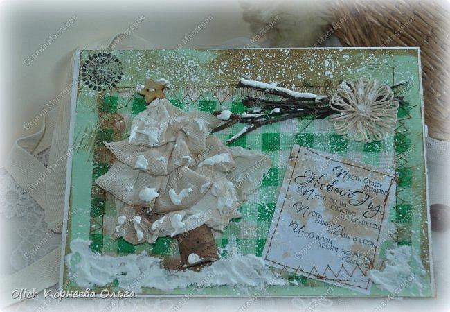 Здравствуйте, мастера и мастерицы! Приближается чудесный праздник - Новый год! Многие уже начали готовить подарки. А подарков в этот праздник много не бывает. Нужно не обойти внимание и родных, и коллег, и учителей, и друзей. Даже небольшой подарок, такой как открытка, расскажет одариваемому о вашем внимании и добром к нему отношении. А уж подарок, сделанный своими руками, несет еще и частичку тепла! Мне пришла в голову идея винтажных новогодних открыток. Хотелось использовать простые, доступные материалы, но обыграть красиво, нарядно и в этом стиле. Это моя любимая тема - использование доступных материалов! Итак, кому стало интересно, кто еще не определился со своими идеями, предлагаю подхватывать мою.  Открытка формата А5, солидная, увесистая (это для тех, кто будет отправлять открытки почтой), со множеством потертостей, но в то же время яркая, снежная! фото 33