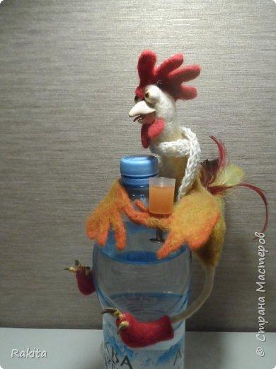 Здравствуйте!!! Вот и у меня дошли руки до новогодних  петушков!  Его  можно посадить на праздничный стол или  одеть  на бутылку. Внутри проволочный каркас, лапки и крылышки можно гнуть. фото 4