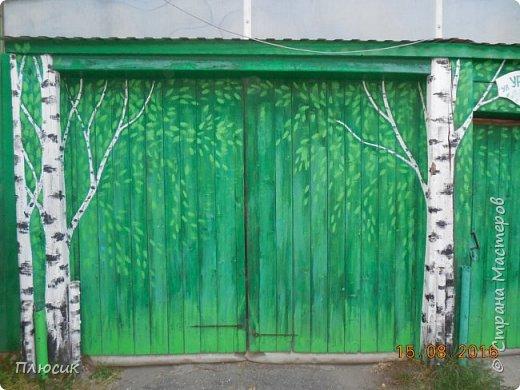 """Это ворота моего дома. Образ берёзок появился в результате одной бессонной ночи с мыслями: """"Завтра ворота надо покрасить. Зелёная краска есть, но мало. Может белую как-нибудь пристроить? Может столбы белым покрасить?.....""""  фото 6"""