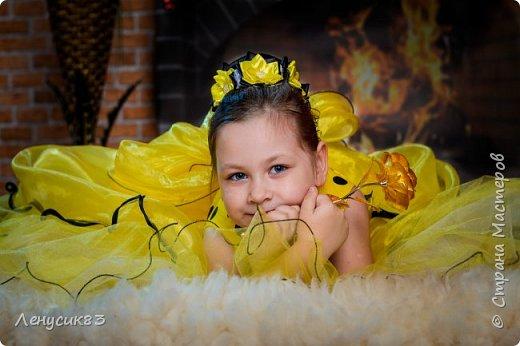 """Сегодня я хвастаюсь фотками)))) Совсем недавно мы отпраздновали уже шестой день рождения моей дочурки! Но о самом дне рождении в следующем посте, а сейчас представляю вам фото с нашей традиционной фотосессии приуроченной к дню рождения))) Ох и задал в этот раз наш любимый фотограф нам задачки по образам, но мы справились!!!! Итак, первый образ """"Солнечное очарование"""" Украшение на пучок естественно моих рук дело) А так как платье попало нам накануне вечером, то и ваялось украшение ночью перед самой фотосессией. фото 1"""