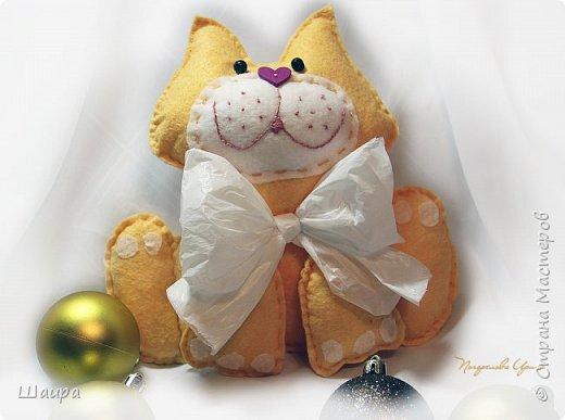 В продолжение темы елочных игрушек на городскую елку http://stranamasterov.ru/node/1061551. Котик 24 см из салфеток для уборки и целофанового кулька. фото 1
