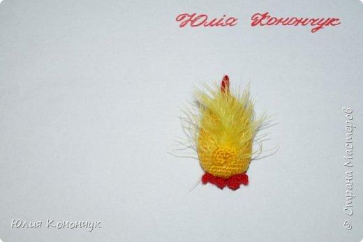 """Всем доброго времени суток! Предлагаю связать такие вот подарочки к Новому году. Можно оформить их и как брелочки, и как магнитики, а можно просто оставить как есть - и будет вам игрушечка для ребёнка либо интерьерная игрушка). Нам понадобятся:  1. Пряжа жёлтого, красного, оранжевого цветов. (Так как игрушка небольшого размера - ниточек нужно совсем немного - остаточки прекрасно подойдут). У меня это 100% акрил - """"KARTOPU"""" (100 гр - 300 м)  2. Наполнитель (синтепон или холлофайбер).  3. Крючок ( у меня № 2)  4. Бусинки или глазки.  5. Перья для крылышек и хвоста (если перьев нет - можно крылышки просто связать, у меня это ниточки """"SOFTY"""" )  6. Брелок или магнитик по желанию (можно и без них)  7. Клей.   Условные обозначения:  КА - кольцо амигуруми  сбн - столбик без накида  ссн - столбик с накидом  псн - полустолбик с накидом  сс соединительная петля  вп - воздушная петля  пр - прибавка  уб - убавка  ( ) - общее количество петель.   фото 13"""