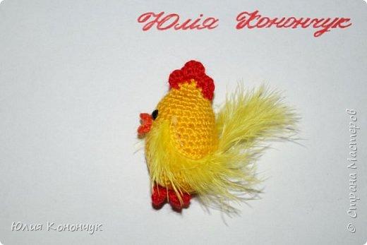 """Всем доброго времени суток! Предлагаю связать такие вот подарочки к Новому году. Можно оформить их и как брелочки, и как магнитики, а можно просто оставить как есть - и будет вам игрушечка для ребёнка либо интерьерная игрушка). Нам понадобятся:  1. Пряжа жёлтого, красного, оранжевого цветов. (Так как игрушка небольшого размера - ниточек нужно совсем немного - остаточки прекрасно подойдут). У меня это 100% акрил - """"KARTOPU"""" (100 гр - 300 м)  2. Наполнитель (синтепон или холлофайбер).  3. Крючок ( у меня № 2)  4. Бусинки или глазки.  5. Перья для крылышек и хвоста (если перьев нет - можно крылышки просто связать, у меня это ниточки """"SOFTY"""" )  6. Брелок или магнитик по желанию (можно и без них)  7. Клей.   Условные обозначения:  КА - кольцо амигуруми  сбн - столбик без накида  ссн - столбик с накидом  псн - полустолбик с накидом  сс соединительная петля  вп - воздушная петля  пр - прибавка  уб - убавка  ( ) - общее количество петель.   фото 14"""