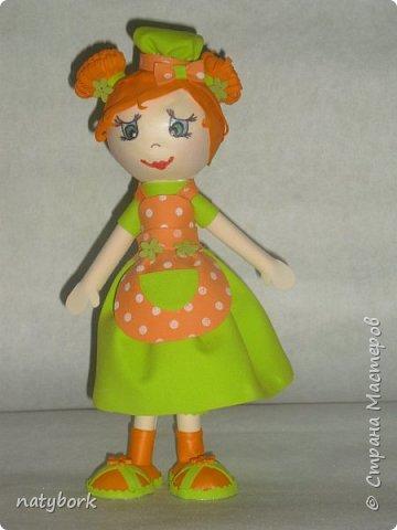 Увидела кукол из фоамирана... и впала в детство. Наверно, время заводить внуков пришло, а дети не торопятся порадовать. Поэтому играю сама. Мои первые куклы... Блондинка получилась вылитая племяшка-второклашка. фото 4