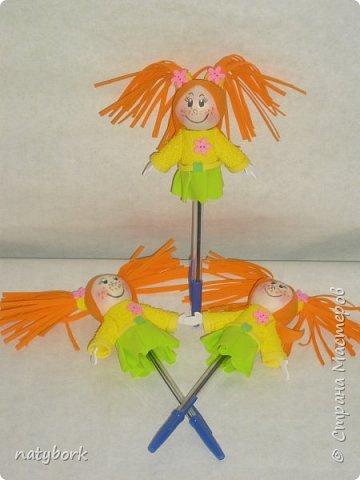 Увидела кукол из фоамирана... и впала в детство. Наверно, время заводить внуков пришло, а дети не торопятся порадовать. Поэтому играю сама. Мои первые куклы... Блондинка получилась вылитая племяшка-второклашка. фото 9