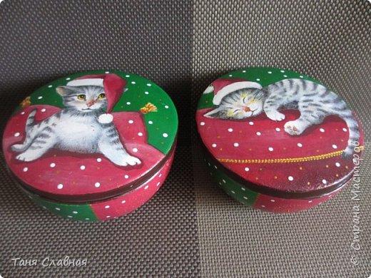 Итак, переделка: двое переделанных под панно часов и пара керамических коробочек. Коробочки и одни переделанные часы вполне себе новогодние - и по настроению и по декору. Первые часы- (вернее, их остов), послужили рамкой для новогоднего панно.  фото 13