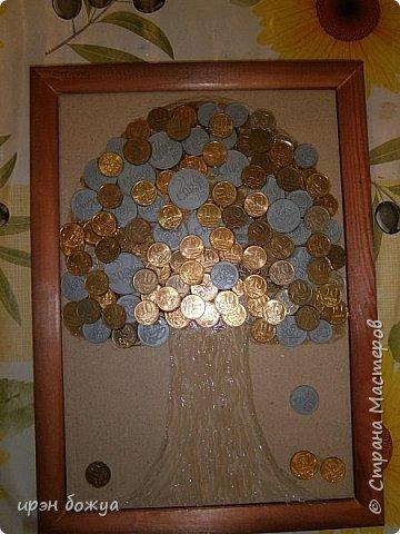 Сегодня я к Вам со своим денежным деревом. Оно было сделано в подарок. Почему красное? По фен-шую красное и золото к богатству. В нижнем слое использовала пластмассовые монетки из набора денег,а сверху настоящие монетки 10 коп,50 коп,5 коп. фото 7