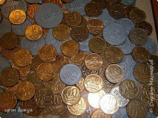 Сегодня я к Вам со своим денежным деревом. Оно было сделано в подарок. Почему красное? По фен-шую красное и золото к богатству. В нижнем слое использовала пластмассовые монетки из набора денег,а сверху настоящие монетки 10 коп,50 коп,5 коп. фото 8
