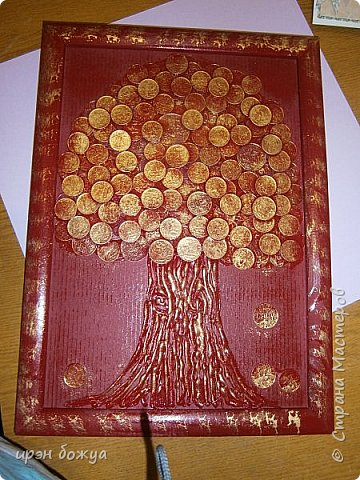 Сегодня я к Вам со своим денежным деревом. Оно было сделано в подарок. Почему красное? По фен-шую красное и золото к богатству. В нижнем слое использовала пластмассовые монетки из набора денег,а сверху настоящие монетки 10 коп,50 коп,5 коп. фото 1