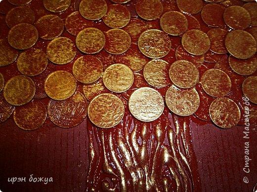 Сегодня я к Вам со своим денежным деревом. Оно было сделано в подарок. Почему красное? По фен-шую красное и золото к богатству. В нижнем слое использовала пластмассовые монетки из набора денег,а сверху настоящие монетки 10 коп,50 коп,5 коп. фото 2