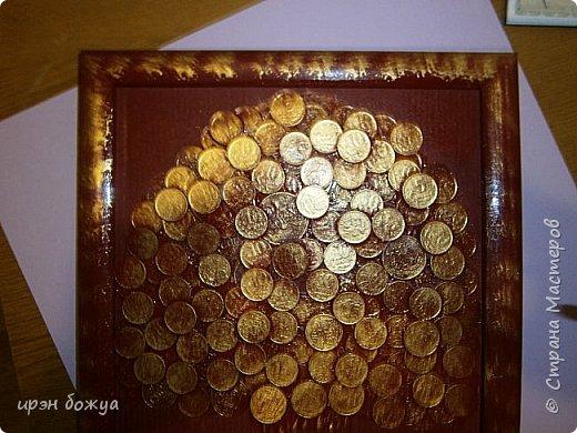 Сегодня я к Вам со своим денежным деревом. Оно было сделано в подарок. Почему красное? По фен-шую красное и золото к богатству. В нижнем слое использовала пластмассовые монетки из набора денег,а сверху настоящие монетки 10 коп,50 коп,5 коп. фото 3