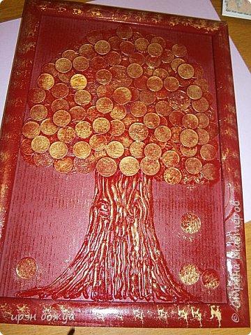 Сегодня я к Вам со своим денежным деревом. Оно было сделано в подарок. Почему красное? По фен-шую красное и золото к богатству. В нижнем слое использовала пластмассовые монетки из набора денег,а сверху настоящие монетки 10 коп,50 коп,5 коп. фото 4