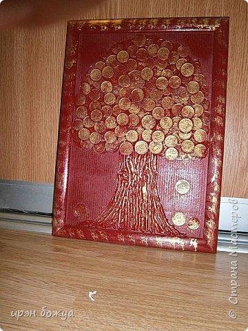 Сегодня я к Вам со своим денежным деревом. Оно было сделано в подарок. Почему красное? По фен-шую красное и золото к богатству. В нижнем слое использовала пластмассовые монетки из набора денег,а сверху настоящие монетки 10 коп,50 коп,5 коп. фото 6