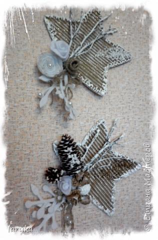 Рождественские звёздочки из гофрокартона. Простенькие, но нравится этот материал.  Использовала веточки, шишки, джут, фетр, флис, блёстки...  фото 15