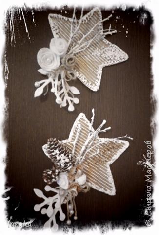 Рождественские звёздочки из гофрокартона. Простенькие, но нравится этот материал.  Использовала веточки, шишки, джут, фетр, флис, блёстки...  фото 2