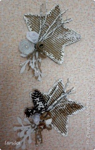 Рождественские звёздочки из гофрокартона. Простенькие, но нравится этот материал.  Использовала веточки, шишки, джут, фетр, флис, блёстки...  фото 6