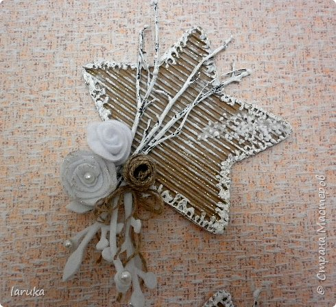 Рождественские звёздочки из гофрокартона. Простенькие, но нравится этот материал.  Использовала веточки, шишки, джут, фетр, флис, блёстки...  фото 7