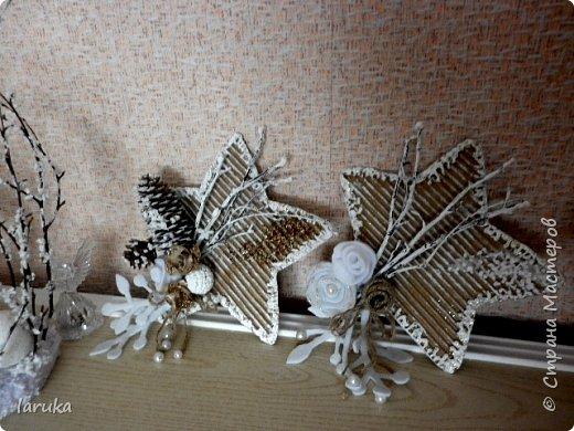 Рождественские звёздочки из гофрокартона. Простенькие, но нравится этот материал.  Использовала веточки, шишки, джут, фетр, флис, блёстки...  фото 10