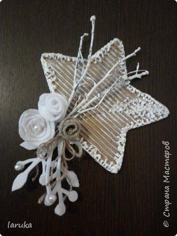 Рождественские звёздочки из гофрокартона. Простенькие, но нравится этот материал.  Использовала веточки, шишки, джут, фетр, флис, блёстки...  фото 3