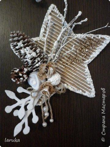 Рождественские звёздочки из гофрокартона. Простенькие, но нравится этот материал.  Использовала веточки, шишки, джут, фетр, флис, блёстки...  фото 1