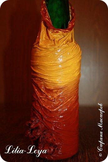 Как нельзя кстати, вспомнилась пословица: не делай..., не получишь проблем! Пополнила свой бутылочный гарем на одну штуку.  Поставила на настенную подвесную полочку, где он у меня обитает. А теперь от раздумий лоб складками шарпея сложился))) Не рухнет ли полочка?!  Куда население перевезти?! фото 12