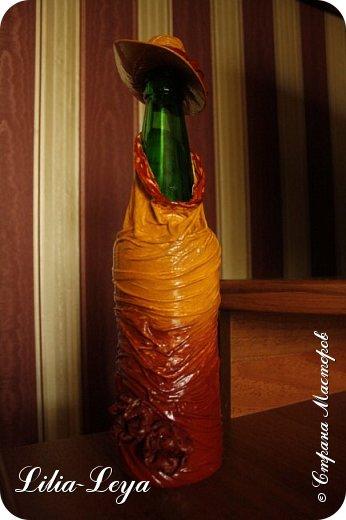 Как нельзя кстати, вспомнилась пословица: не делай..., не получишь проблем! Пополнила свой бутылочный гарем на одну штуку.  Поставила на настенную подвесную полочку, где он у меня обитает. А теперь от раздумий лоб складками шарпея сложился))) Не рухнет ли полочка?!  Куда население перевезти?! фото 2