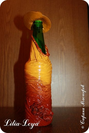 Как нельзя кстати, вспомнилась пословица: не делай..., не получишь проблем! Пополнила свой бутылочный гарем на одну штуку.  Поставила на настенную подвесную полочку, где он у меня обитает. А теперь от раздумий лоб складками шарпея сложился))) Не рухнет ли полочка?!  Куда население перевезти?! фото 4