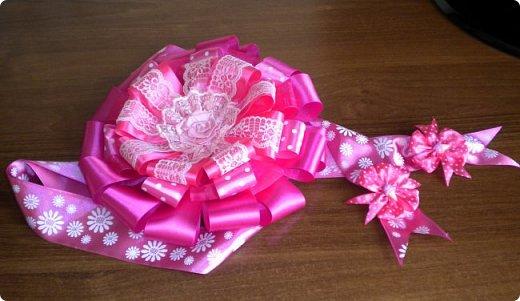 опять сделала розовый бант на выписку. точнее надоело мне делать розовые, остановилась на малиновом фото 1