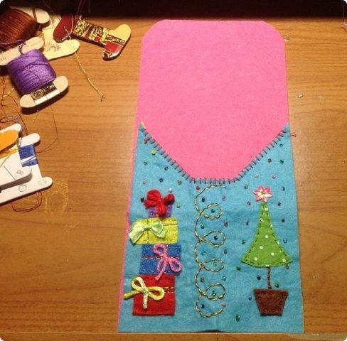 нвчала активно готовиться к Новогодним праздникам и решила украсить свой новогодний стол не только блюдами, но и интересными штучками  сшила вот такие кармашки для столовых приборов. это полностью моя разработка, нарисовала , выкроила и воплотила. Так что делюсь с вами фото 5