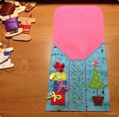 нвчала активно готовиться к Новогодним праздникам и решила украсить свой новогодний стол не только блюдами, но и интересными штучками  сшила вот такие кармашки для столовых приборов. это полностью моя разработка, нарисовала , выкроила и воплотила. Так что делюсь с вами фото 6