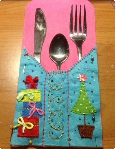 нвчала активно готовиться к Новогодним праздникам и решила украсить свой новогодний стол не только блюдами, но и интересными штучками  сшила вот такие кармашки для столовых приборов. это полностью моя разработка, нарисовала , выкроила и воплотила. Так что делюсь с вами фото 7